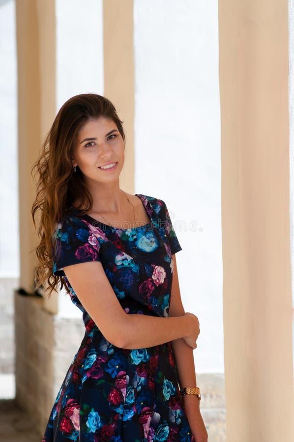 Flickan i en färgrik klänning royaltyfri bild