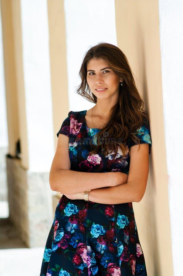 Flickan i en färgrik klänning arkivbilder
