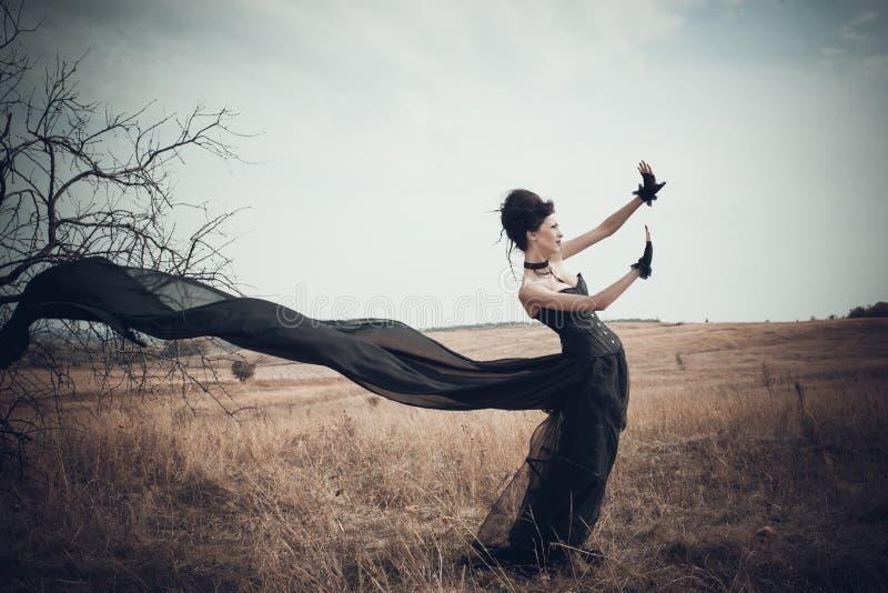 Flickan i en gotisk dräkt arkivbild