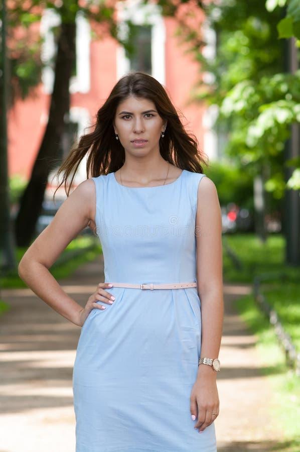 Flickan i en klänning fotografering för bildbyråer