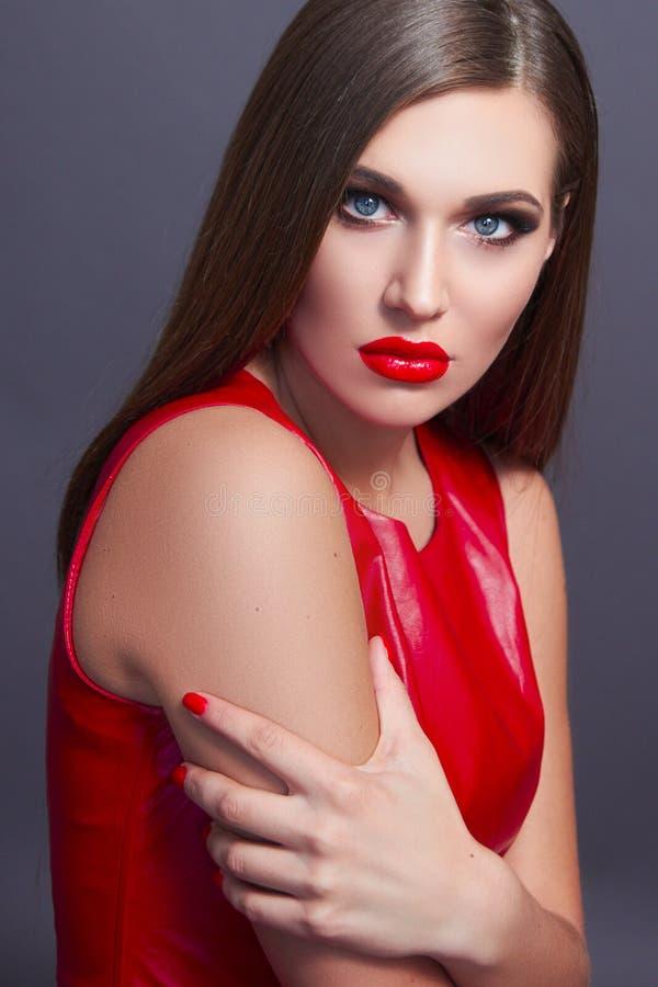 Flickan i en röd klänning arkivbilder
