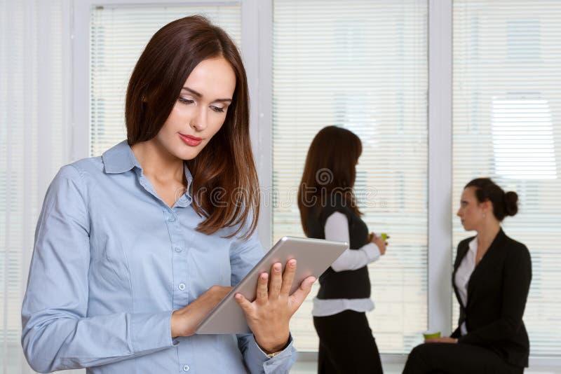Flickan i formell kläder läser information från minnestavlan i arkivbild