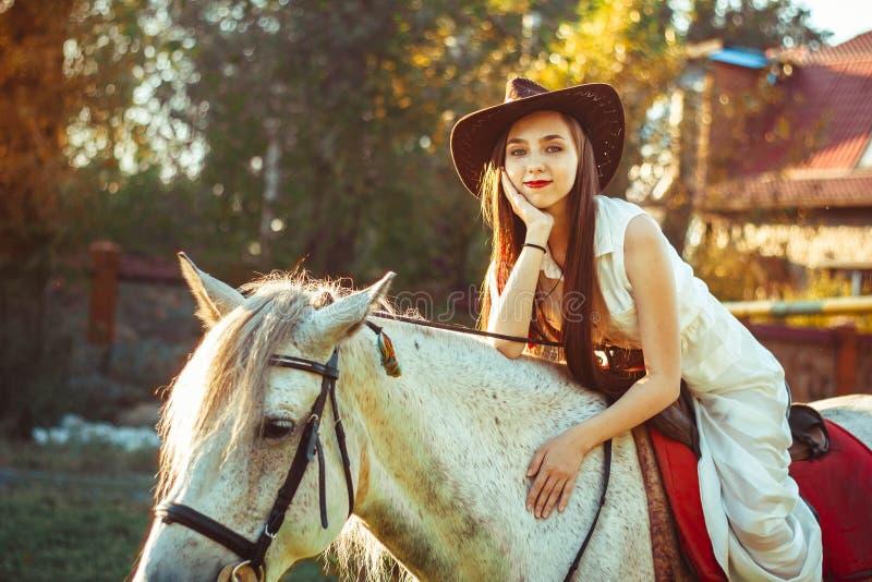Flickan i hatten på hästen arkivfoton