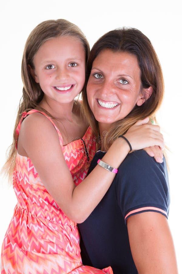 Flickan i moder beväpnar gladlynt familjbegrepp för nätt kvinna royaltyfri foto