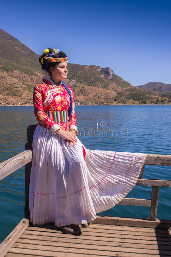 Flickan i nationell klänning på sjön royaltyfri fotografi
