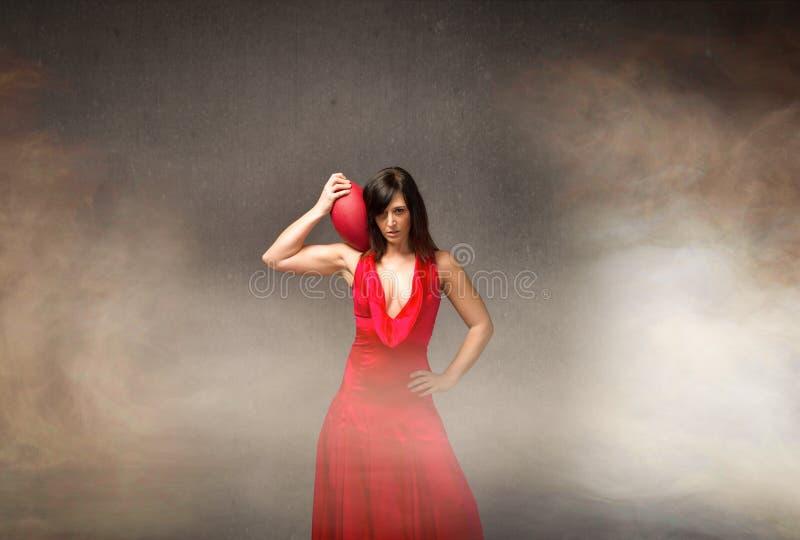 Flickan i rött ordnar till för toppen bunke royaltyfri bild
