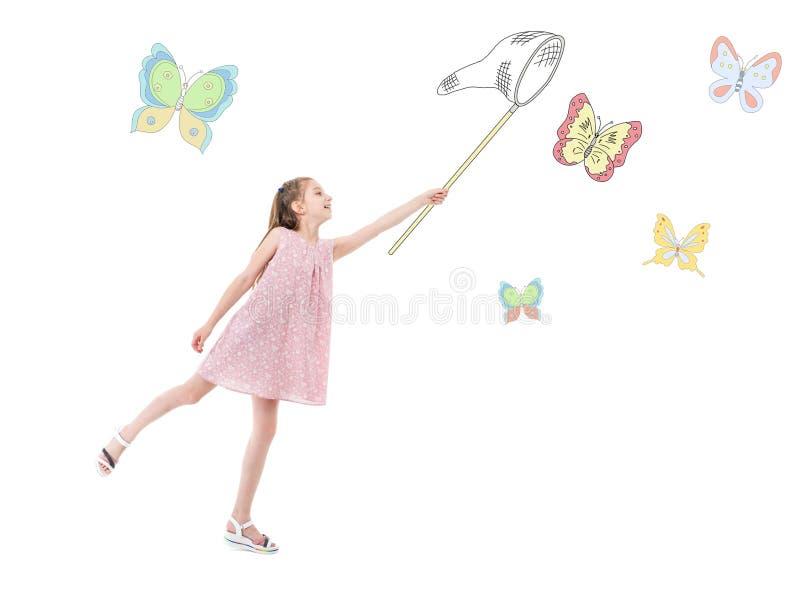 Flickan i rosa färger klär och att fånga färgrika fjärilar royaltyfri bild