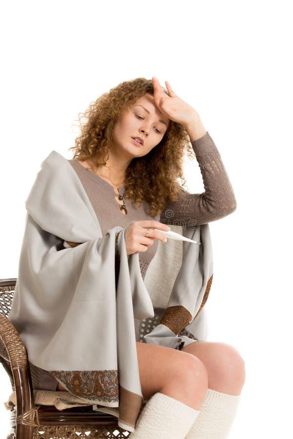 Flickan i sjal kontrollerar temperatur royaltyfri fotografi