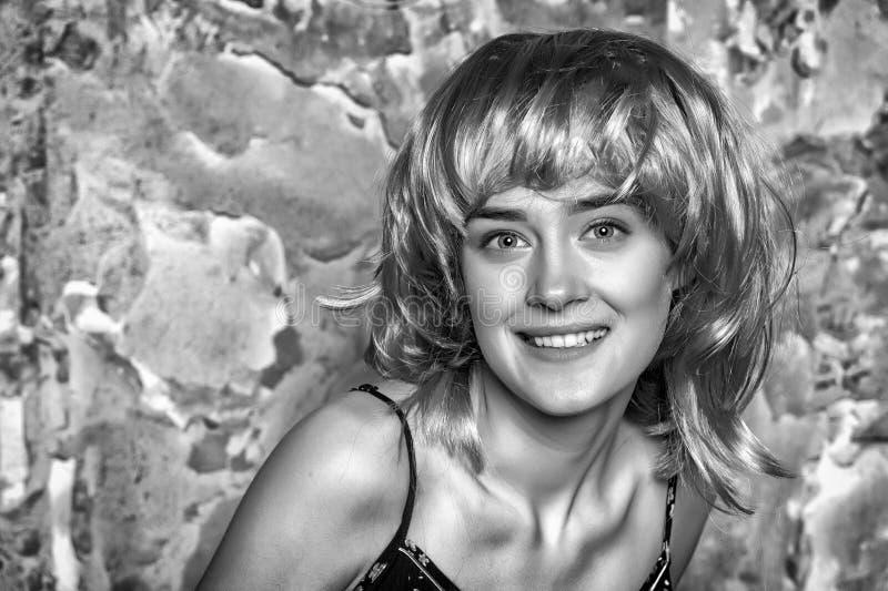 Flickan i smutsigt guppar stilperuken Kvinna med den charmiga framsidan och det älskvärda leendet, lyckabegrepp Modell med att tj fotografering för bildbyråer