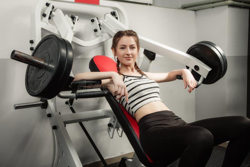 Flickan i sporten för livsstil för idrottshallbegreppsgenomkörare den sunda fotografering för bildbyråer
