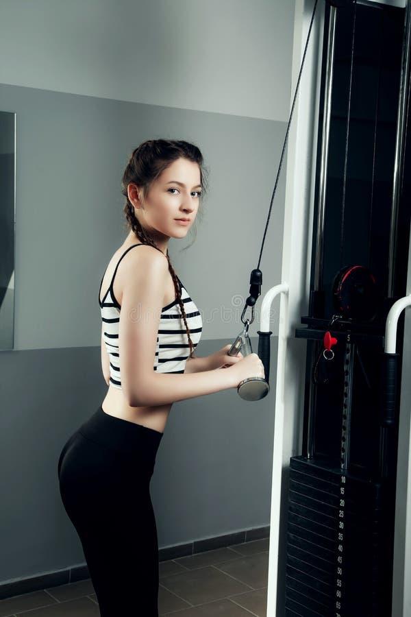 Flickan i sporten för livsstil för idrottshallbegreppsgenomkörare den sunda arkivfoton
