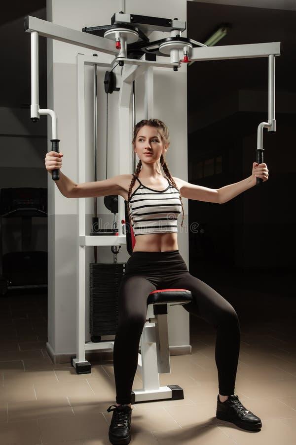 Flickan i sporten för livsstil för idrottshallbegreppsgenomkörare den sunda royaltyfri foto