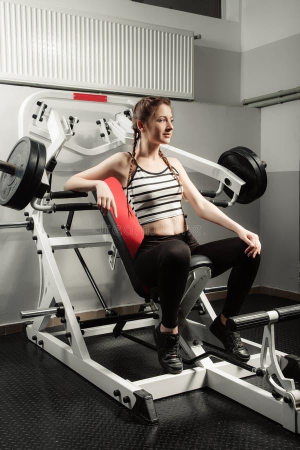 Flickan i sporten för livsstil för idrottshallbegreppsgenomkörare den sunda royaltyfri bild