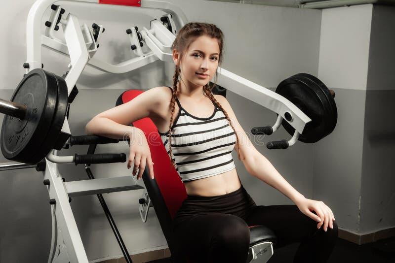 Flickan i sporten för livsstil för idrottshallbegreppsgenomkörare den sunda arkivbilder