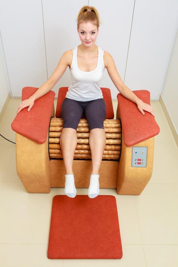 Flickan i sportwear kopplar av på salongen för brunnsorten för massageutrustning den sunda royaltyfri fotografi