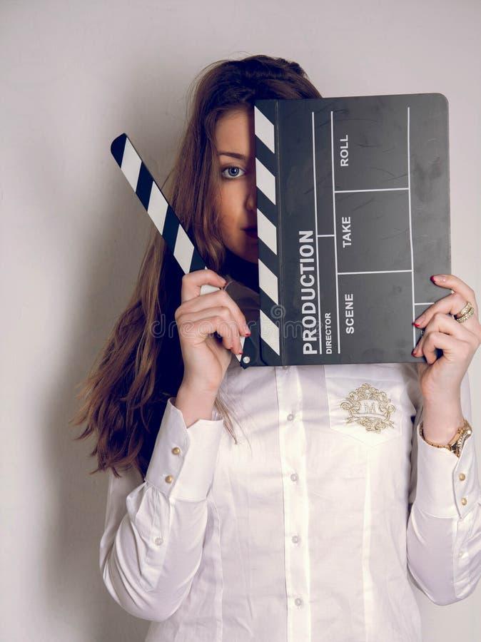 Flickan i studio med kritiserar brädet royaltyfri foto