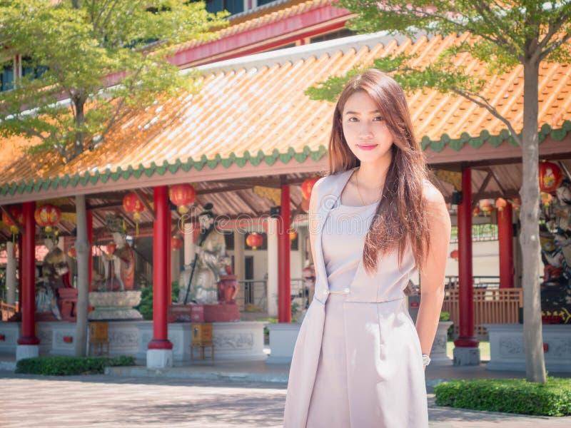 Flickan i tempel royaltyfri fotografi