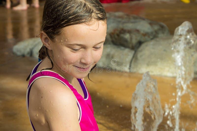 Flickan i vatten parkerar arkivfoto