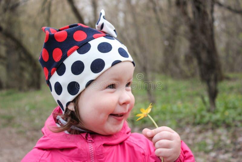 Flickan inhalerar lyckligt doften royaltyfria bilder