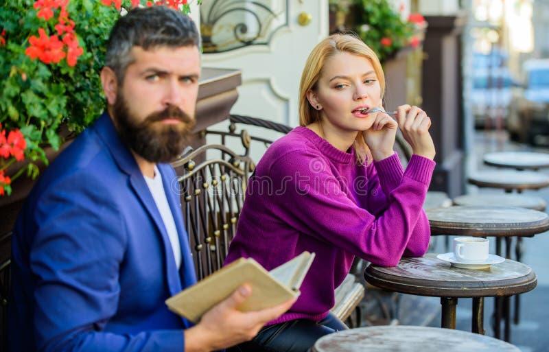 Flickan intresserade vad honom som läser Hur man finner flickvännen med handboken för gemensamt intresse till att datera Möte av  royaltyfria bilder