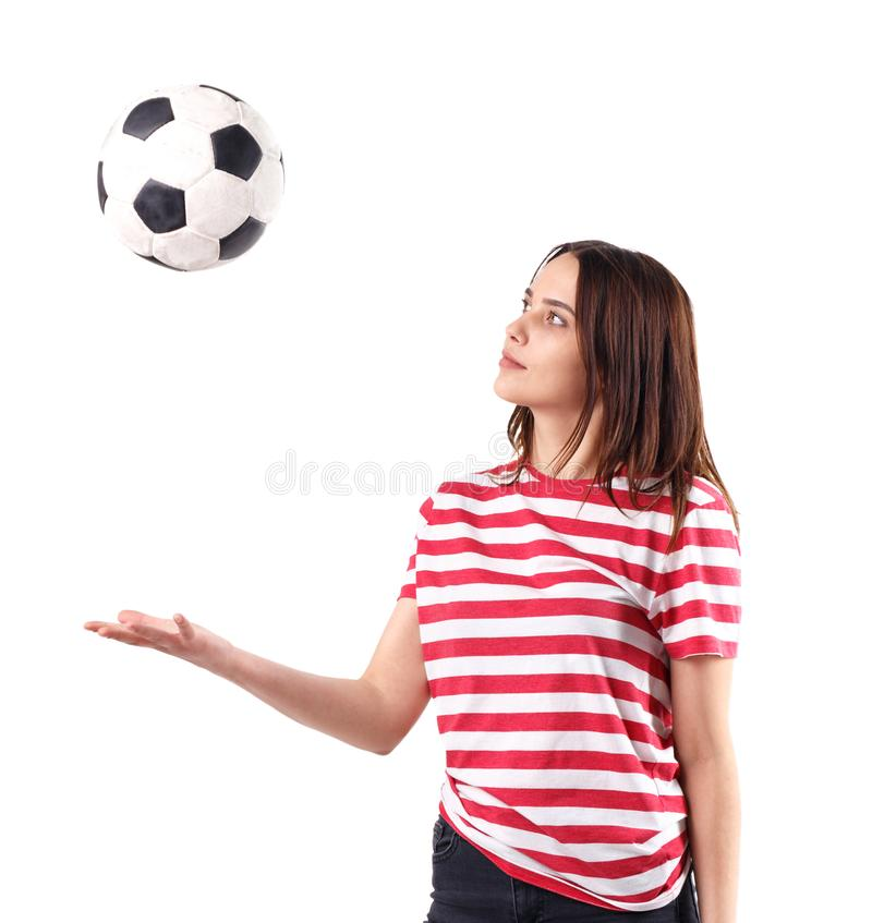 Flickan kastar bollen och ser honom mot en vit isolerad bakgrund royaltyfria foton