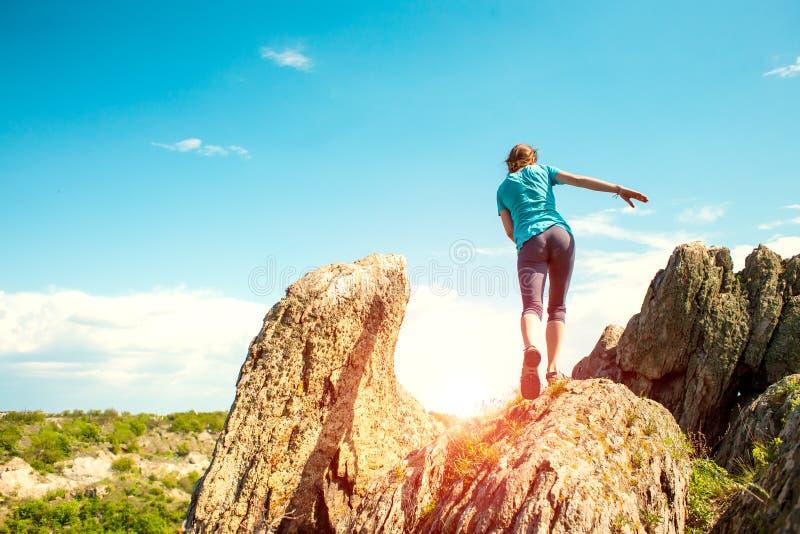 Flickan klättrar berget royaltyfria foton