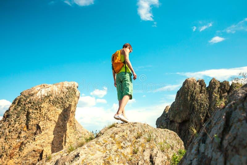 Flickan klättrar berget arkivfoton