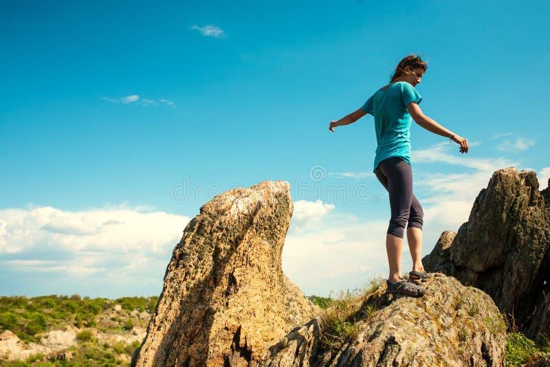Flickan klättrar berget royaltyfri bild