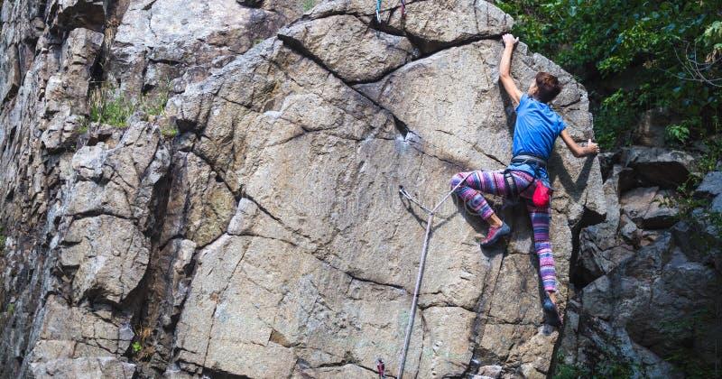 Flickan klättrar graniten vaggar fotografering för bildbyråer
