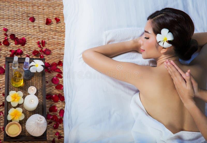 Flickan kopplar av i brunnsortsalongen royaltyfri foto
