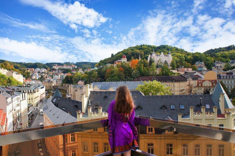 Flickan kopplar av på balkongen i Karlovyen varierar arkivbild