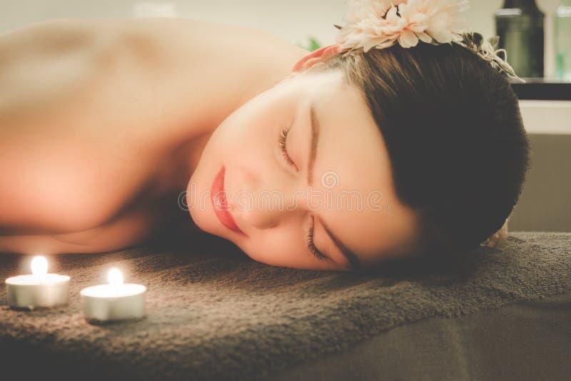 Flickan kopplar av på brunnsortsalongen, aromatherapyen, wellnessen, peeli royaltyfri fotografi