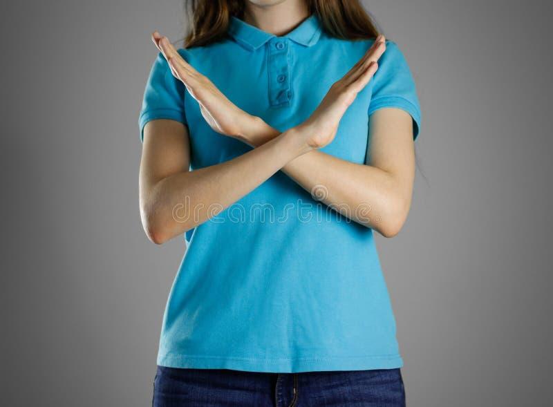 Flickan korsade hans armar Visar det förbuds- tecknet med hans händer arkivbilder