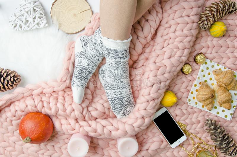 Flickan lägger benen på ryggen i sockor på Merinoullfilten, moderiktigt begrepp Närbild plant royaltyfri fotografi