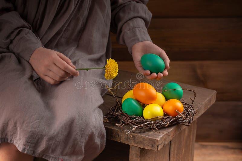 Flickan lägger ut easter ägg arkivfoto
