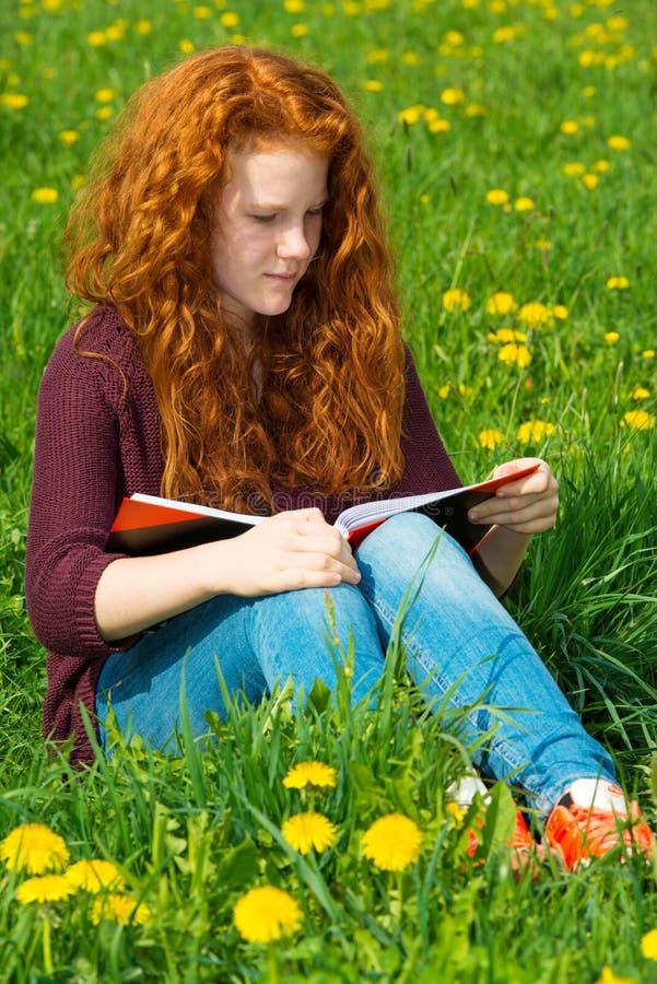 Flickan läser royaltyfria bilder
