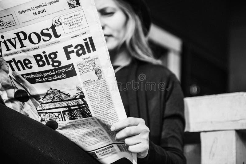 Flickan läser tidningen arkivbild