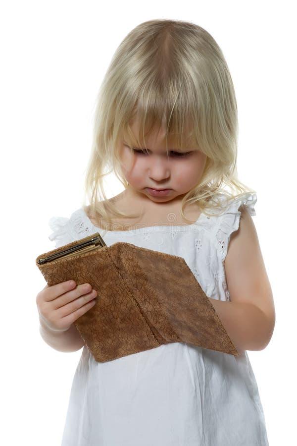 flickan little ser handväskan royaltyfria foton