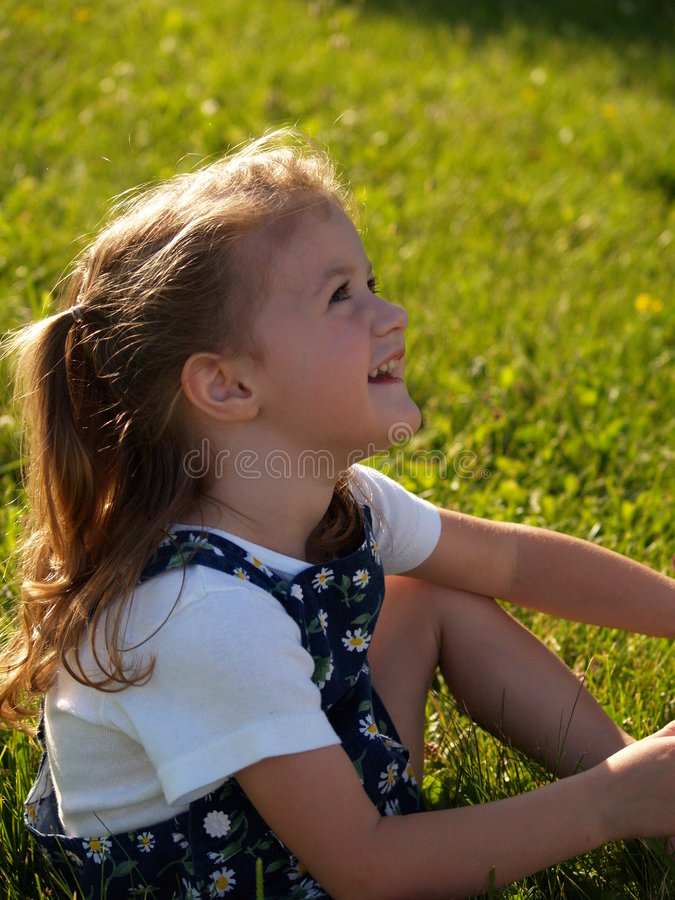 Download Flickan Little Ser Mommyen Till Upp Arkivfoto - Bild av sökande, hår: 992034