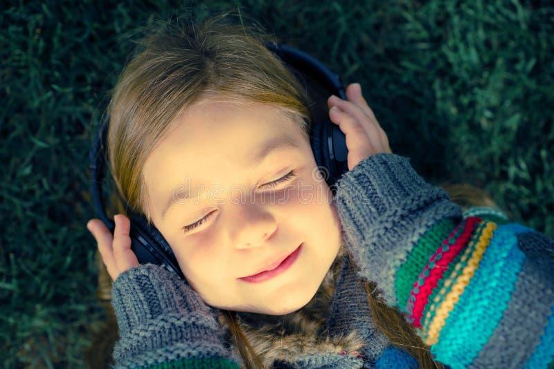 flickan lyssnar musik arkivbild