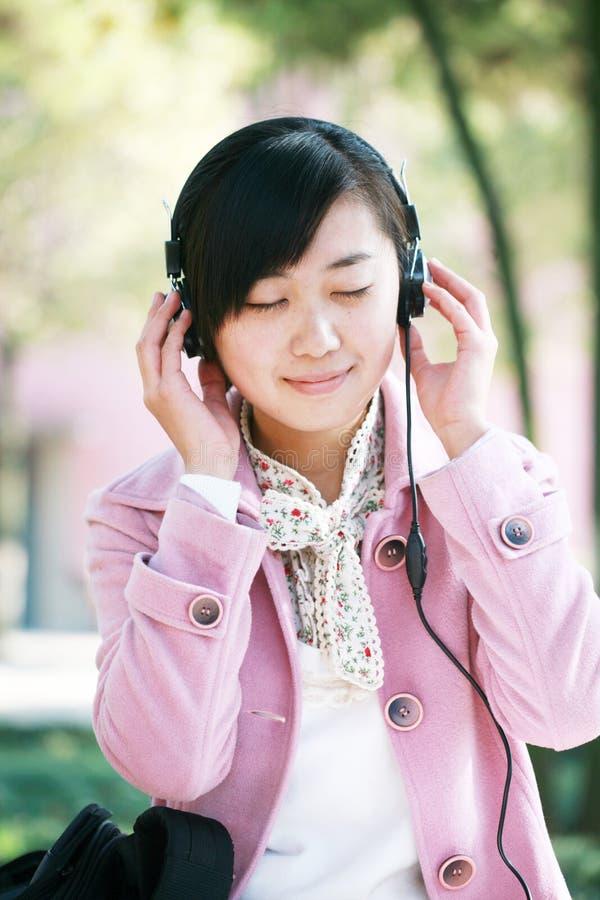 flickan lyssnar musik till barn royaltyfria bilder