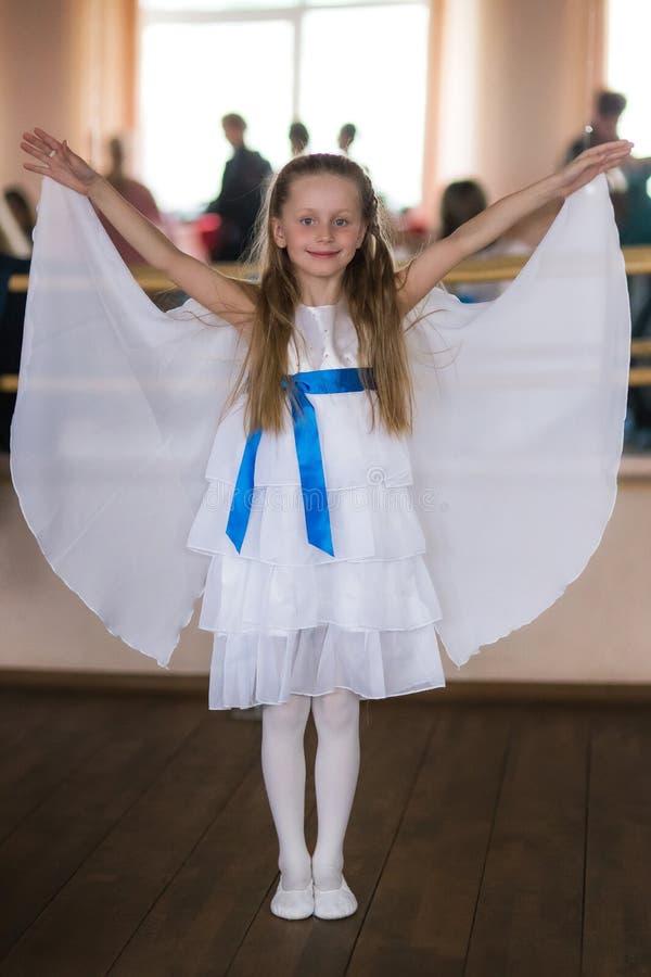 flickan med ängel påskyndar fotografering för bildbyråer