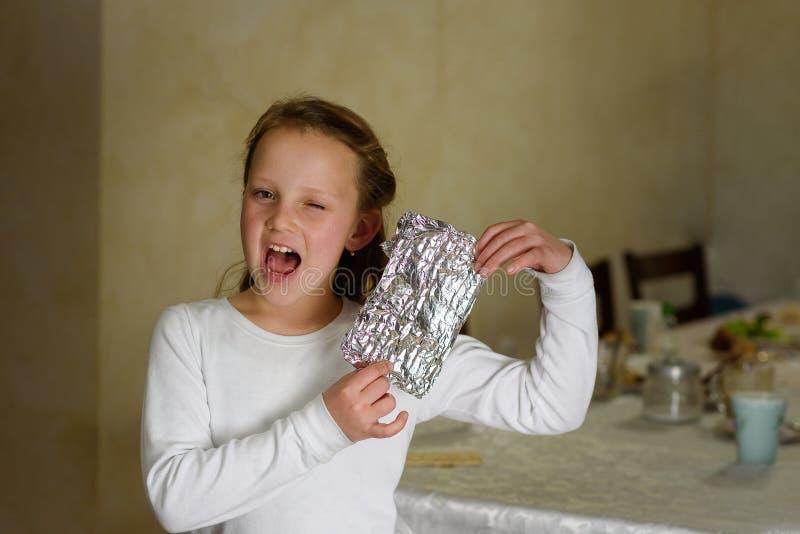 Flickan med Afikoman är ettstycke av matzahen som är bruten av påskhögtiden Seder arkivfoton