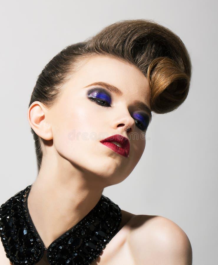 Fantasi. Den ljusa unga kvinnan med blåttferie synar Makeup och den festliga frisyren arkivbilder