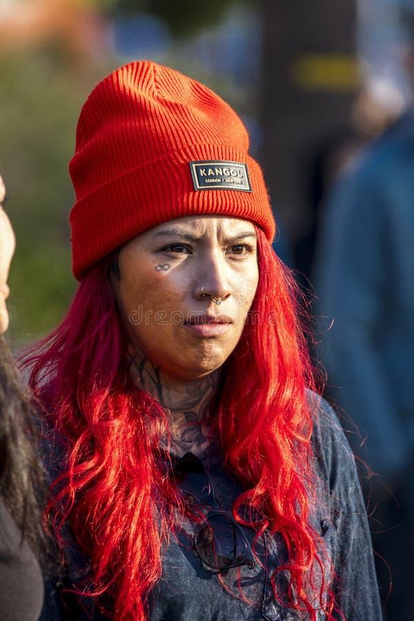 Flickan med den röda Kangol beanyen ser den Los Angeles maraton, Kalifornien fotografering för bildbyråer