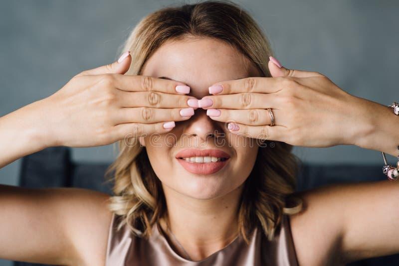 Flickan med en injektion på kanterna stänger henne ögon arkivbild
