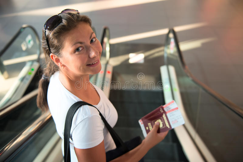 Flickan med ett pass och en biljett överförs till brädet royaltyfria foton