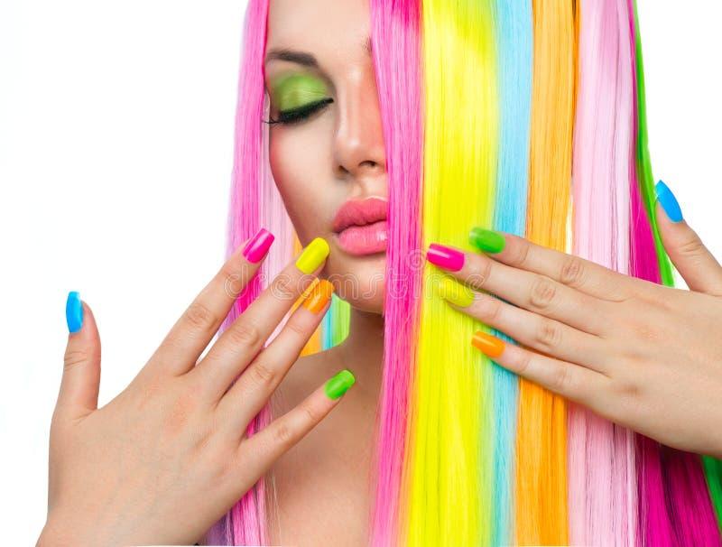 Flickan med färgrikt hår och spikar polermedel fotografering för bildbyråer