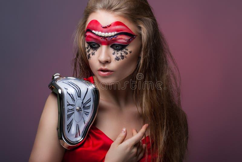 flickan med idérikt gör-upThe begrepp av att läcka tid royaltyfri foto
