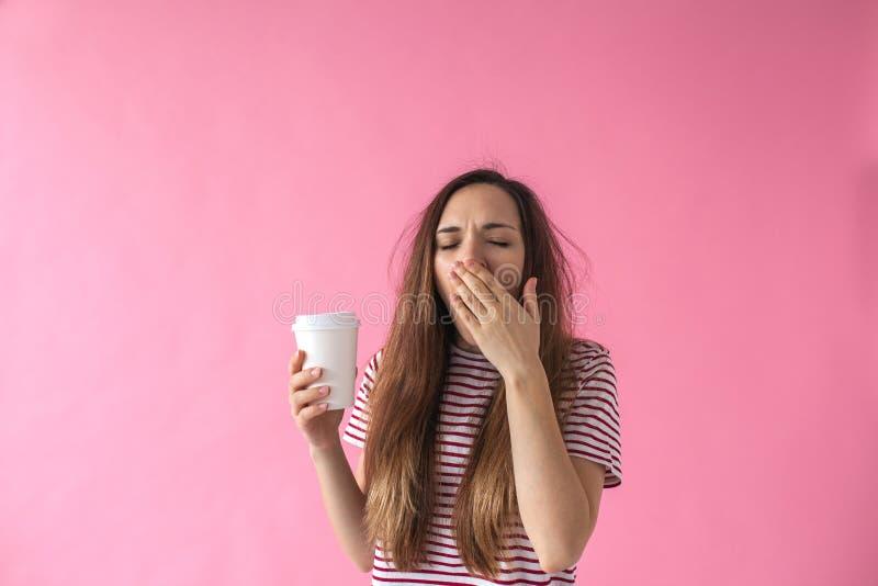 Flickan med kaffe g?spar fotografering för bildbyråer